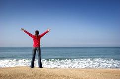 детеныши женщины пляжа стоковая фотография rf