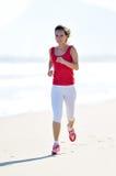 детеныши женщины пляжа jogging Стоковое Фото