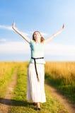 детеныши женщины поля счастливые гуляя Стоковая Фотография RF