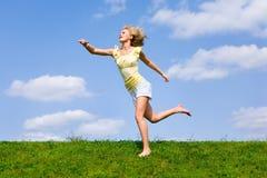 детеныши женщины поля счастливые идущие Стоковая Фотография RF