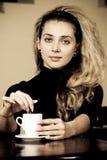 детеныши женщины портрета кофе выпивая Стоковое Фото