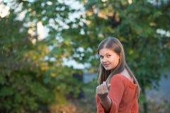 детеныши женщины портрета парка стоковое изображение