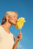 детеныши женщины портрета цветка счастливые стоковые фотографии rf