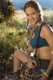детеныши женщины портрета шестерни альпиниста Стоковое фото RF