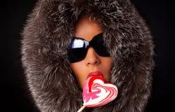 детеныши женщины портрета lollipop сексуальные всасывая Стоковая Фотография RF