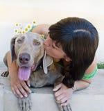 детеныши женщины поцелуя собаки Стоковые Изображения
