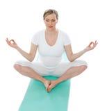 детеныши женщины представления лотоса meditating Стоковая Фотография RF