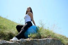 детеныши женщины пригодности шарика голубые кавказские Стоковая Фотография