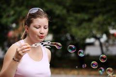 детеныши женщины пузырей дуновений Стоковые Изображения RF
