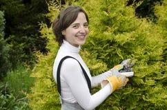 детеныши женщины садовничая инструмента сада Стоковое Изображение RF
