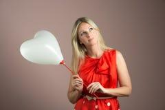 детеныши женщины сердца воздушного шара форменные Стоковое фото RF