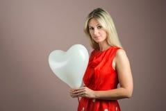 детеныши женщины сердца воздушного шара форменные Стоковая Фотография