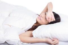 детеныши женщины сна кровати стоковая фотография rf