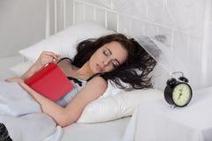 детеныши женщины снов дома кровати стоковые фотографии rf