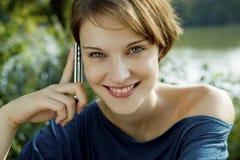детеныши женщины сотового телефона Стоковая Фотография