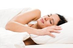 детеныши женщины спать кровати Стоковое фото RF