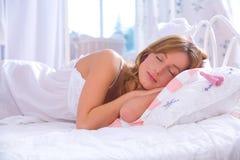 детеныши женщины спать стоковые изображения rf