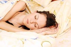 детеныши женщины спать стоковые изображения