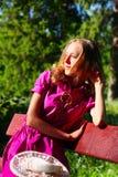 детеныши женщины стенда отдыхая Стоковая Фотография RF