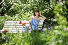 детеныши женщины стенда Стоковая Фотография