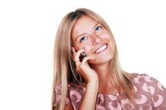 детеныши женщины счастливого мобильного телефона говоря Стоковые Фото