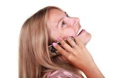 детеныши женщины счастливого мобильного телефона говоря Стоковая Фотография RF