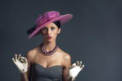 детеныши женщины сярприза stylich шлема пурпуровые ретро Стоковое Фото