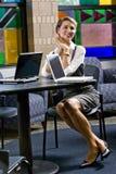 детеныши женщины таблицы компьтер-книжки компьютера сидя Стоковая Фотография RF