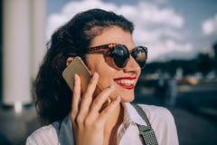 детеныши женщины телефона говоря стоковая фотография
