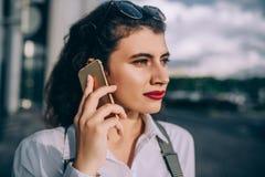 детеныши женщины телефона говоря стоковое фото