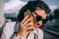 детеныши женщины телефона говоря стоковое фото rf