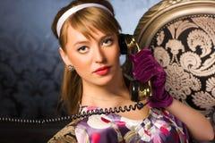 детеныши женщины телефона говоря стоковые изображения