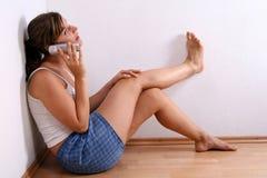 детеныши женщины телефона Стоковое фото RF