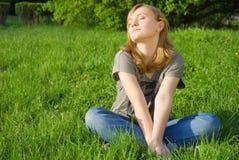 детеныши женщины травы милые Стоковое Изображение