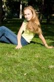 детеныши женщины травы сидя Стоковое Изображение