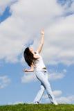 детеныши женщины травы танцульки милые Стоковое Изображение RF