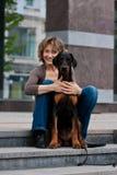 детеныши женщины трапа собаки Стоковое Изображение RF