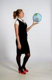 детеныши женщины удерживания глобуса стоковое фото
