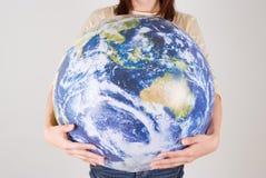 детеныши женщины удерживания глобуса Стоковые Фото