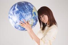 детеныши женщины удерживания глобуса Стоковое Изображение RF
