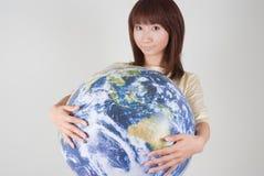 детеныши женщины удерживания глобуса Стоковая Фотография RF
