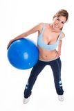 детеныши женщины удерживания тренировки шарика Стоковые Изображения RF