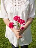 детеныши женщины удерживания цветка гвоздики Стоковое Изображение