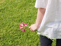детеныши женщины удерживания цветка Стоковые Изображения