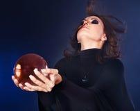 детеныши женщины удерживания шарика кристаллические Стоковое Изображение