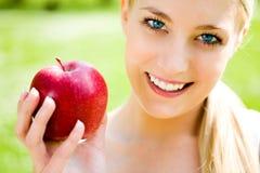 детеныши женщины удерживания яблока стоковое фото rf