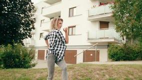 детеныши женщины улицы танцы сток-видео
