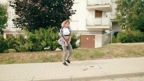 детеныши женщины улицы танцы видеоматериал