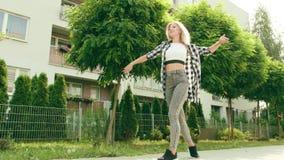 детеныши женщины улицы танцы акции видеоматериалы