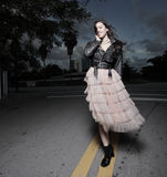 детеныши женщины улиц гуляя стоковые фото